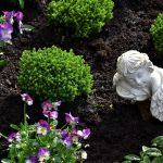 Jak pożegnać osobę zmarłą? Symbolika kwiatów oraz wieńce pogrzebowe z napisem